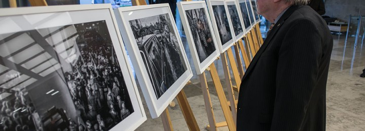 Exhibition of Polish photographer at Lithuanian Parliament to remind of Vilnius events of 1991